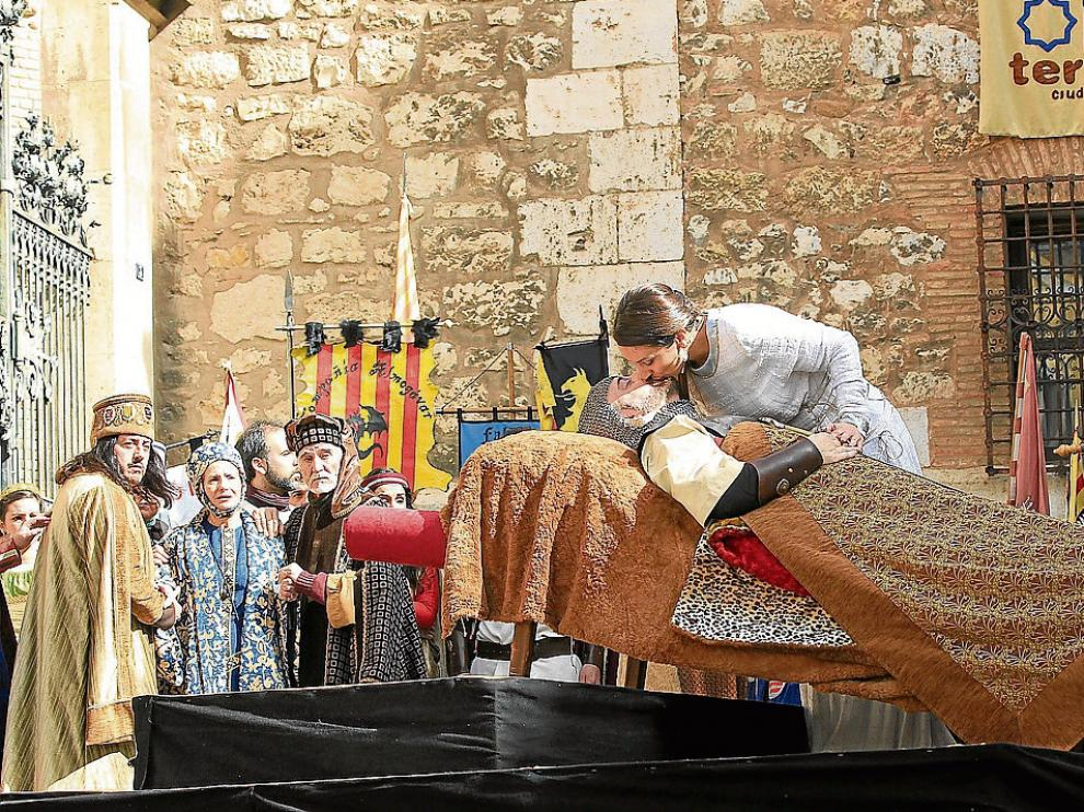 Isabel besa el cadáver de Diego momentos antes de caer fulminada por su amor imposible.