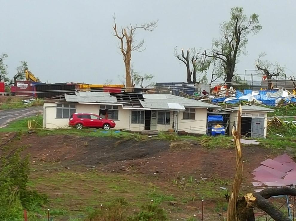 Construcciones y árboles derrumbados a causa del ciclón 'Winston'.