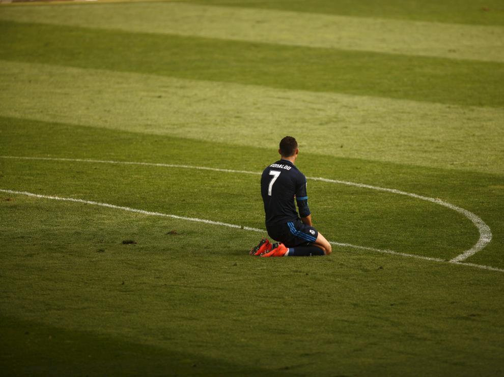 Cristiano Ronaldo se lamenta sobre el césped de La Rosaleda.