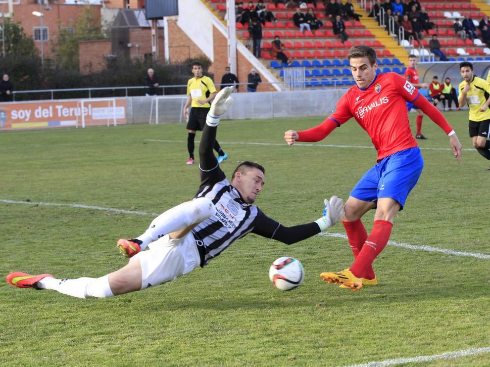 Edu Silva intenta superar al guardameta Marcelo.
