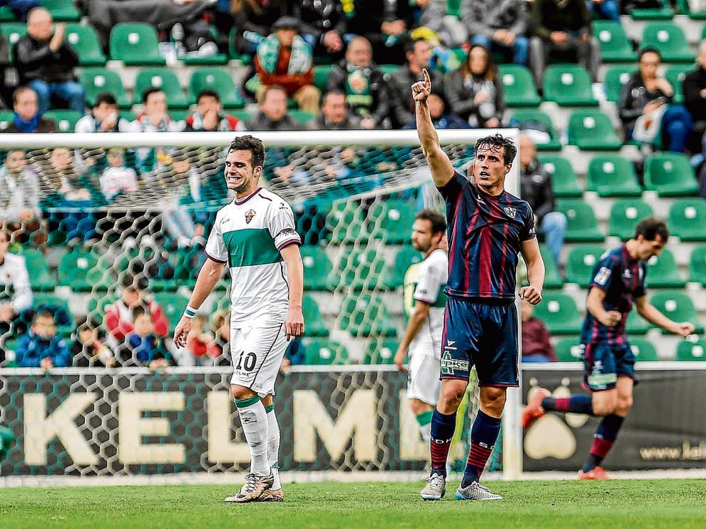 Cristian Fernández, con la mano levantada en primer término, tuvo que ser sustituido en la primera parte por lesión.