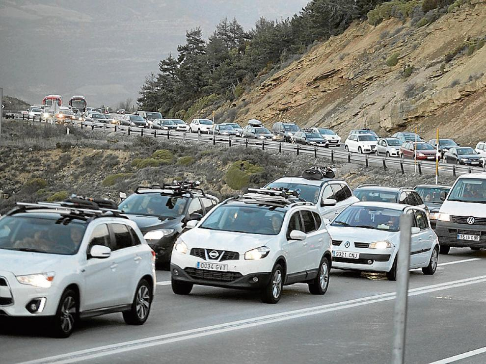 La circulación fue muy lenta durante unos dos kilómetros en la subida al puerto  de Monrepós (N-330) en sentido Huesca, donde los conductores se veían obligados a parar y a arrancar continuamente.