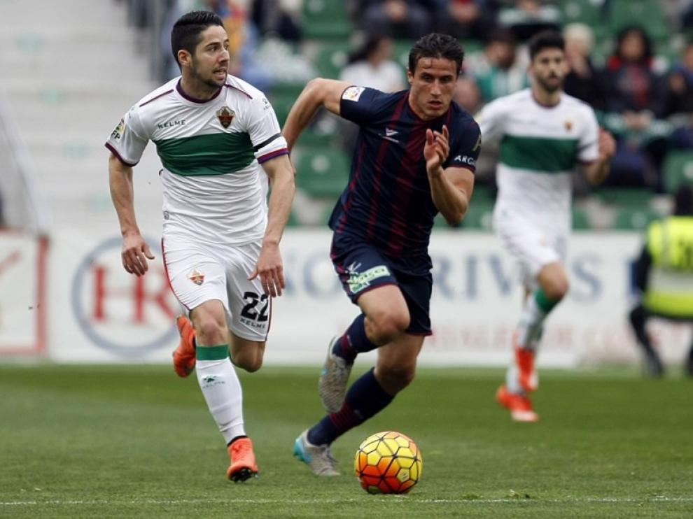 Una imagen del partido entre el Elche y el Huesca.