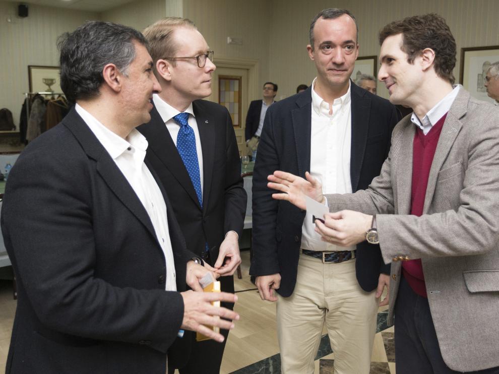 El vicesecretario de Comunicación del PP y diputado por Ávila, Pablo Casado (d), este domingo.
