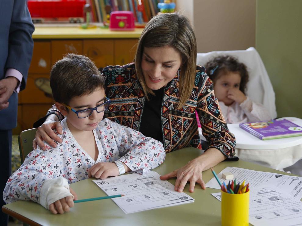 La Reina visita el colegio del hospital Niño Jesús
