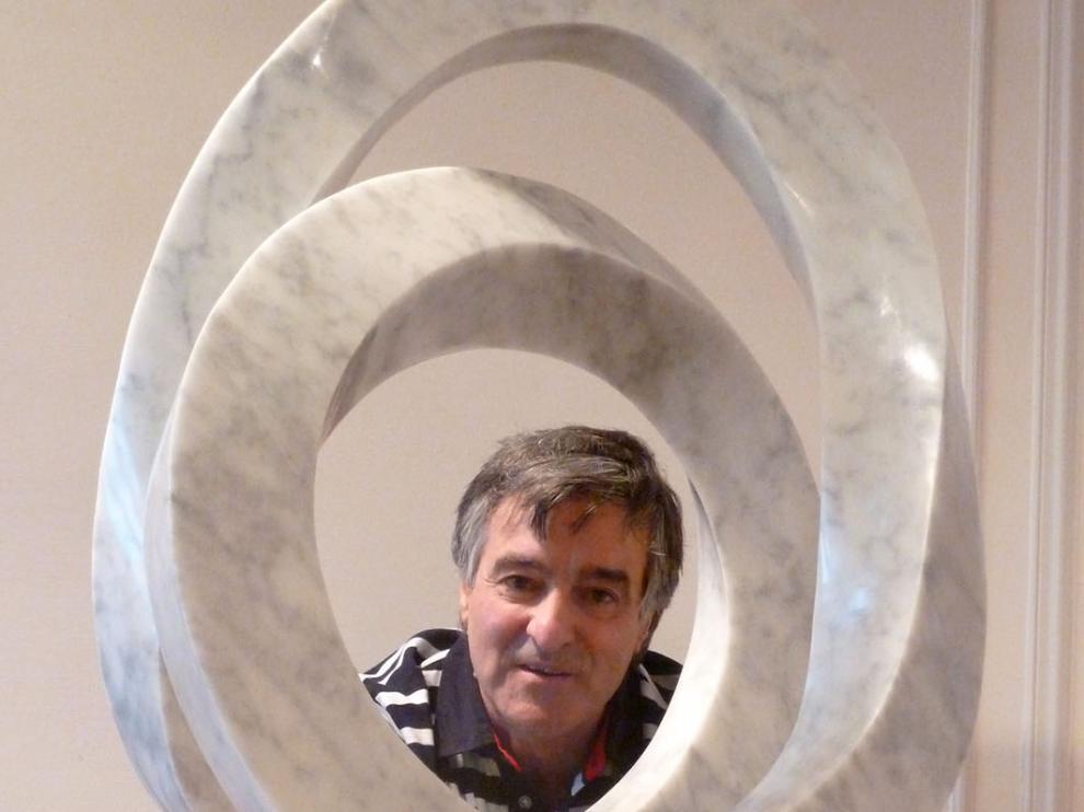 Imagen del escultor con una de sus obras.