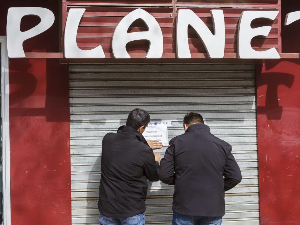 Tras acabar su trabajo dos agentes del Grupo de Homicidios precintaban ayer el bar Planet de Miralbueno, en el camino del Pilón.
