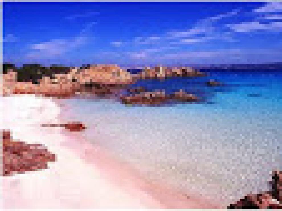 Playa de arena rosa en la isla italiana de Budelli, al norte de Cerdeña.