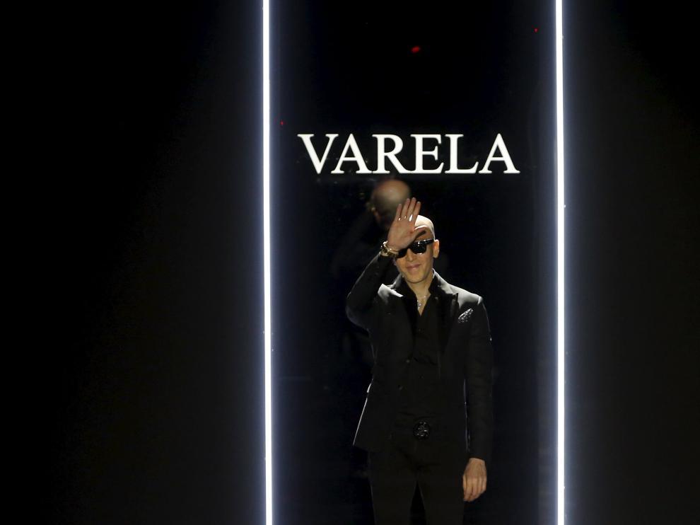 Felipe Varela saluda tras el desfile de su colección Otoño/Invierno 2016 durante la Semana de la Moda de Madrid.