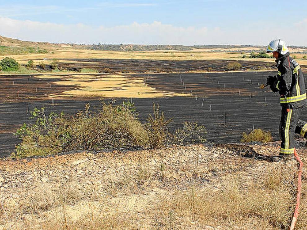 Un bombero, durante las tareas de extinción de un incendio en Sariñena
