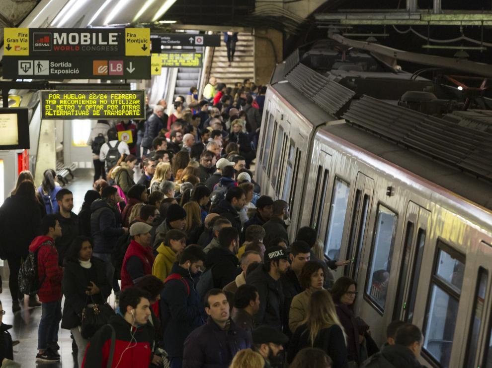 El Metro de Barcelona cierra una veintena de accesos