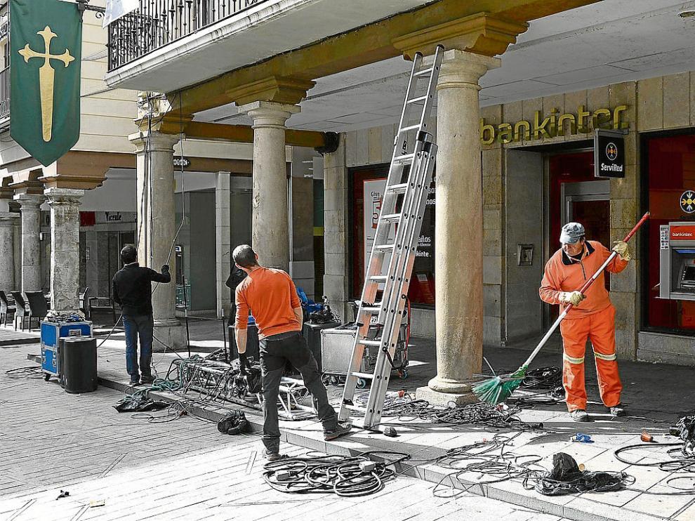 La foto muestra el cableado eléctrico y las mesas de sonido de los escenarios de la plaza del Torico.