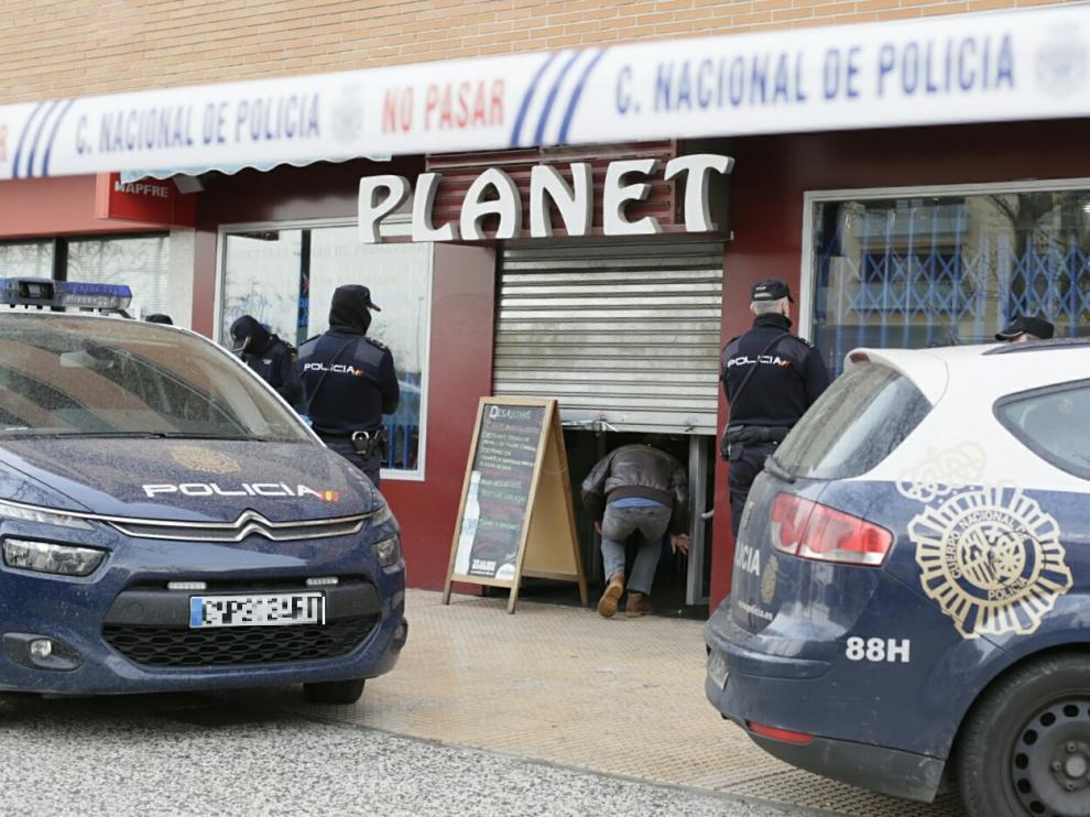 El bar Planet, en Miralbueno, acordonado por la Policía.