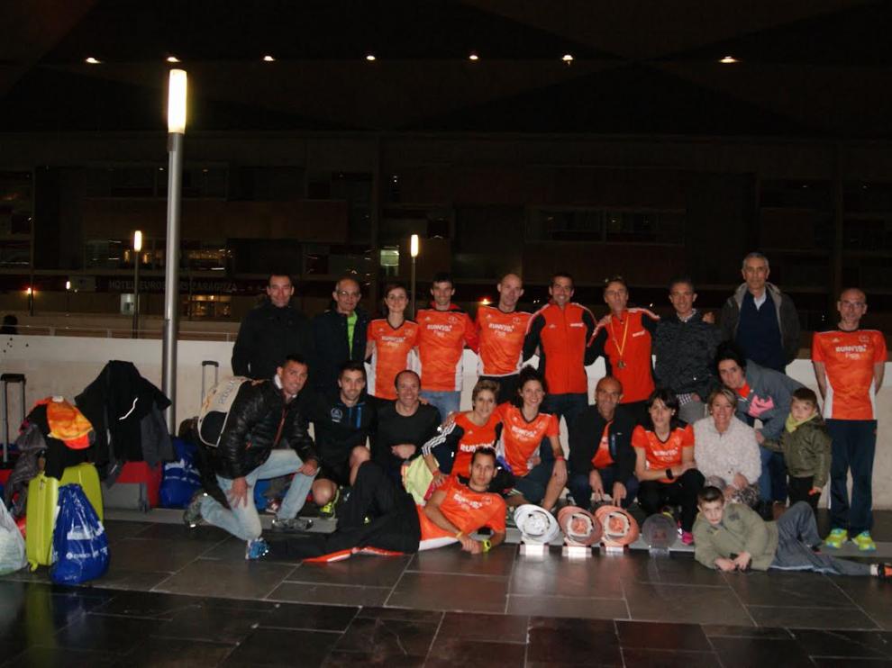 Los corredores de Running Zaragoza posan con los trofeos
