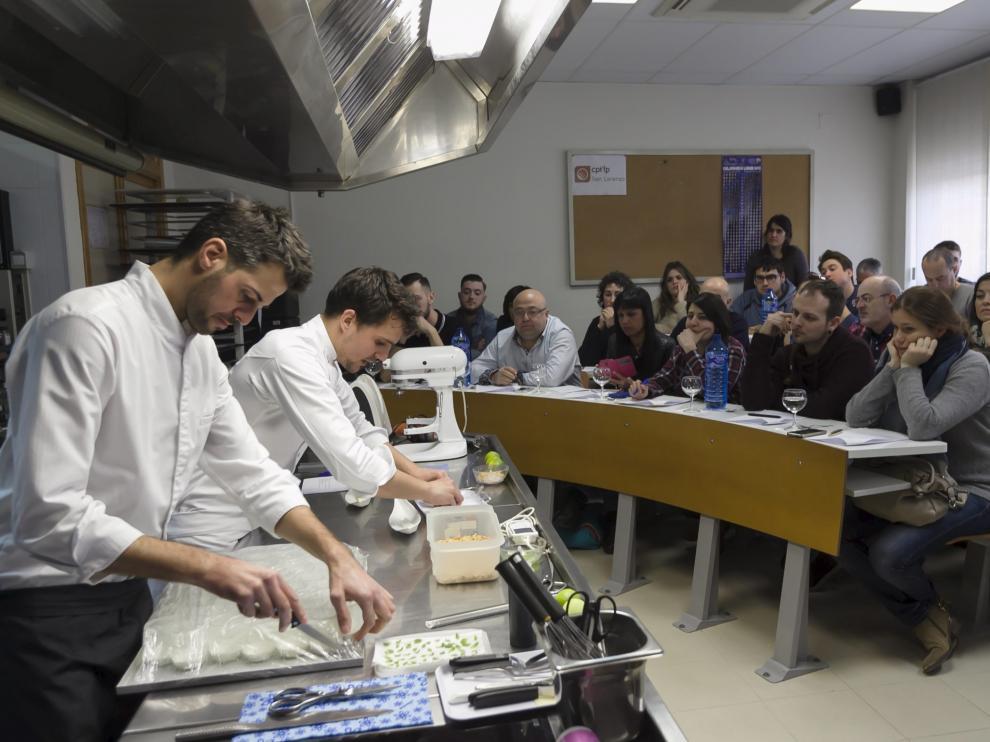 Miquel Guarro, en un momento del taller de repostería.