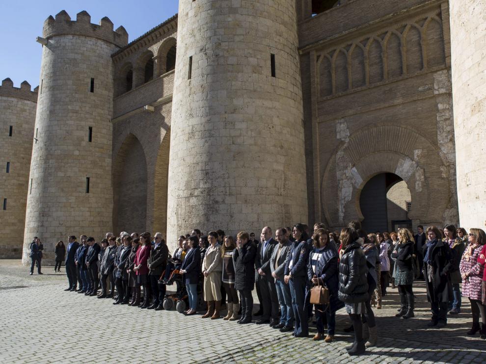 Diputados y empleados de las Cortes de Aragón se concentraron ayer a las puertas del palacio de la Aljafería. A. Navarro