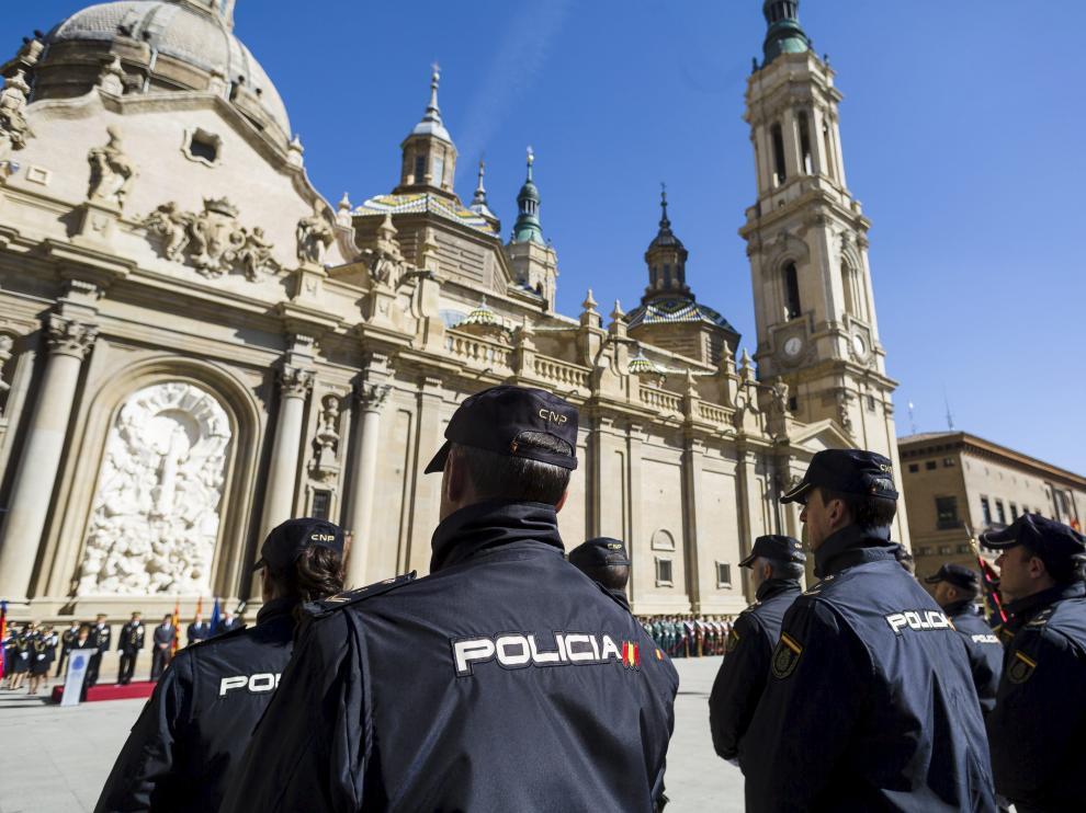 Unos 300 agentes de las unidades de la Jefatura de Policía de Aragón formaron en la plaza.
