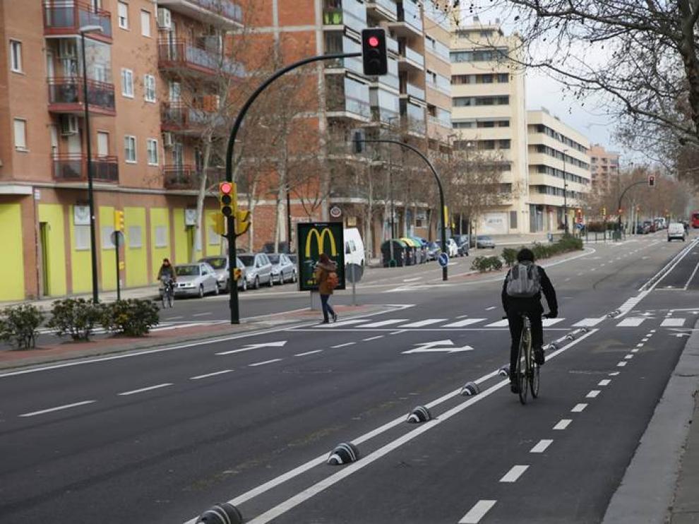 Nuevo carril bici en la avenida Puente del Pilar, abierto hace unos días.
