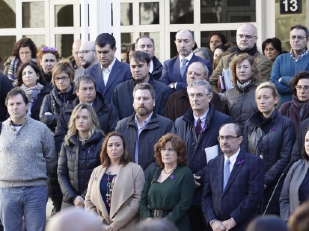 Minuto de silencio por la mujer asesinada ayer en Zaragoza