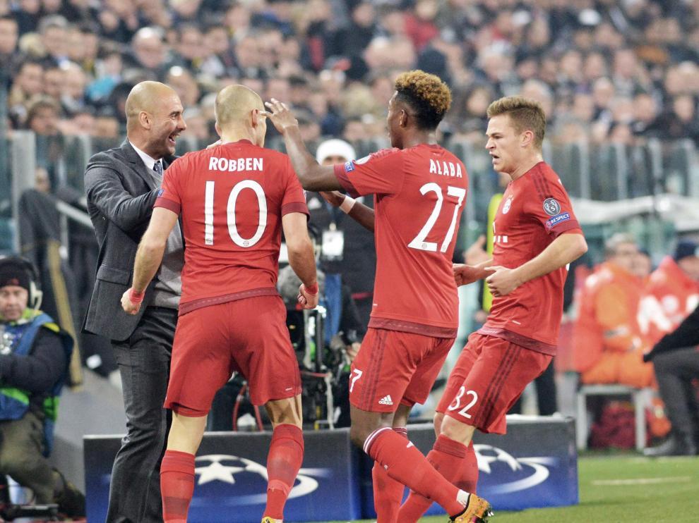 Los jugadores del Bayern celebran con el entrenador Pep Guardiola.