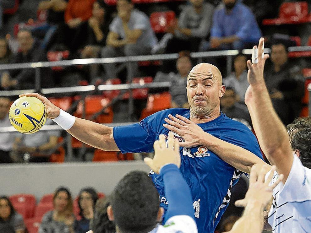 Demetrio Lozano se eleva ante la oposición rival.
