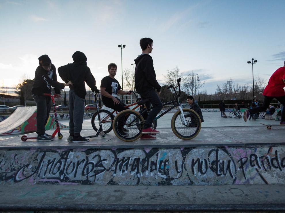 Unos chicos práctican en el skate park de Vía Hispanidad.