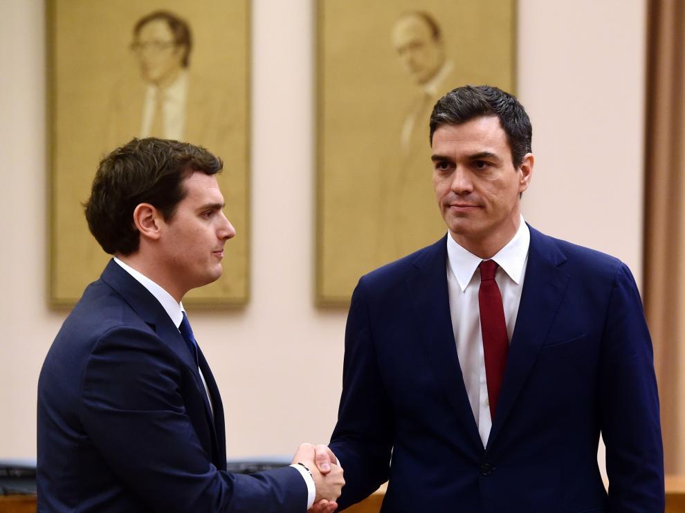 Sánchez y Rivera tras firmar el acuerdo de investidura y legislatura