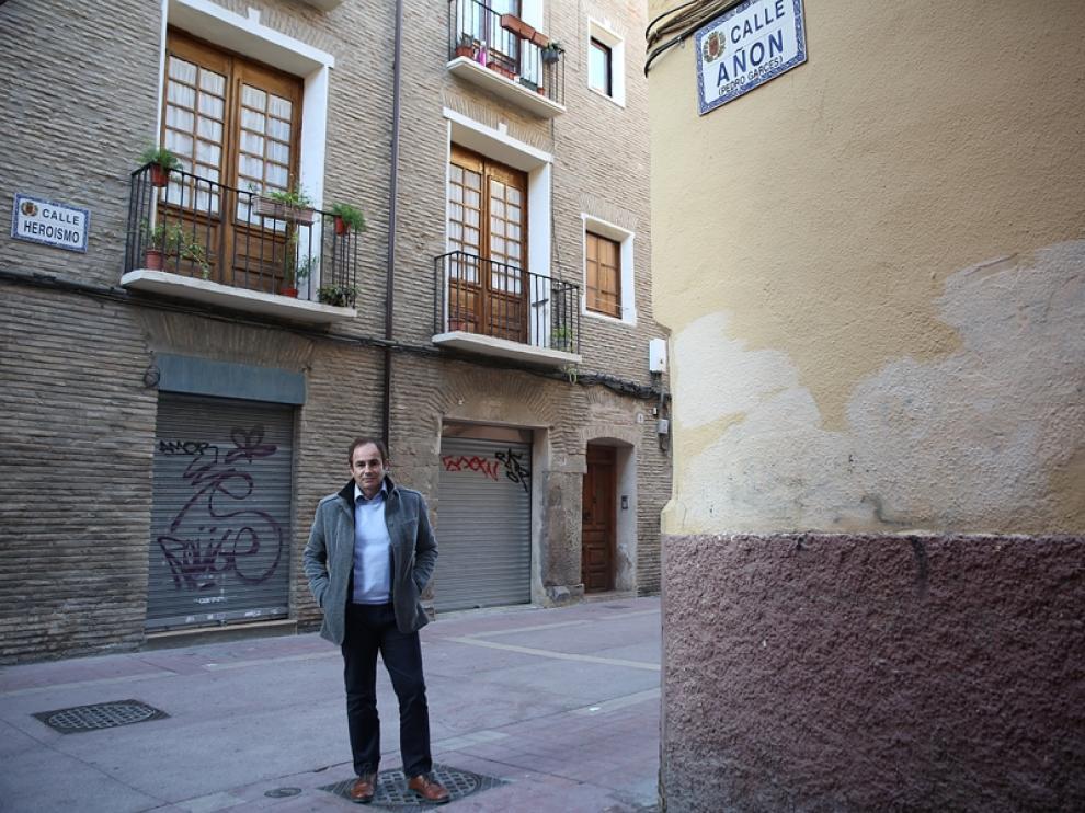 Albert Valentín, secretario técnico del Real Zaragoza desde Navidad, posa para HERALDO  en la esquina de la calle Heroísmo con la calle Añón, donde estaba la casa de su padre y sus abuelos a la que vino en los veranos hasta que cumplió 15 años.