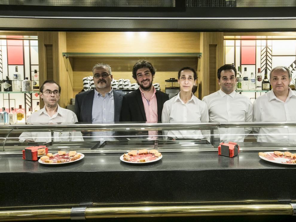 Magín Tomás, José Manuel Elías, Víctor Lasheras, María Bonel, David Jiménez y José Luis Tello, detrás de la barra del nuevo San Siro. asier alcorta