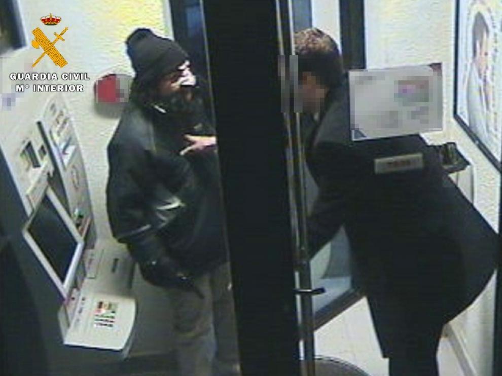 Una persona armada con un revolver y disfrazada asaltó al director de una sucursal bancaria en Osso de Cinca.