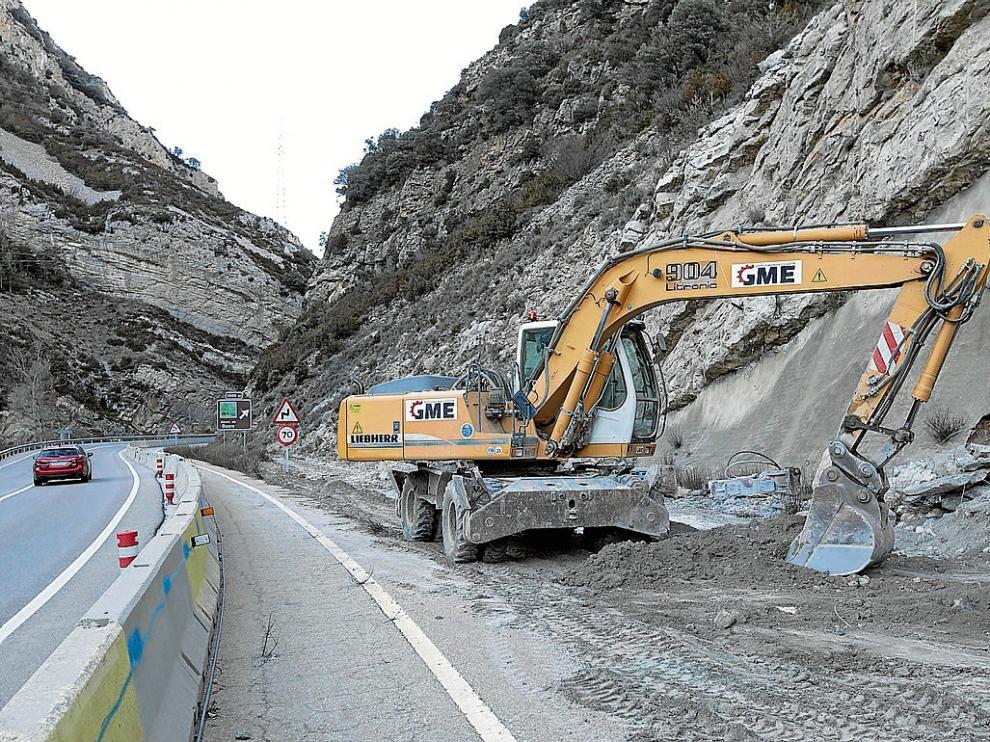 Una retroexcavadora prepara el acceso para iniciar las obras en paralelo a la N-330.