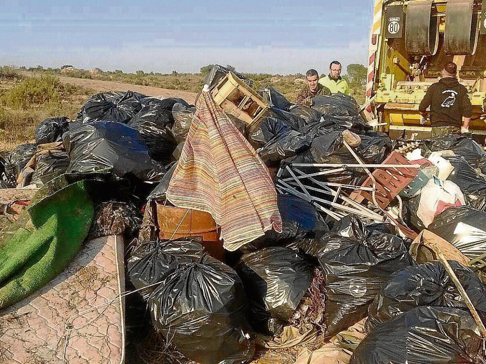 Los desperdicios acumulados son tan numerosos que el pasado fin de semana llenaron en Sástago un camión entero.