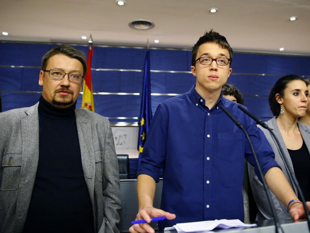 El portavoz de Podemos, Íñigo Errejón (c), junto a Irene Montero (3d), Carolina Bescansa (2d); afael Mayoral (d) y el portavoz de En Comú Podem en el Congreso, Xavier Domènech