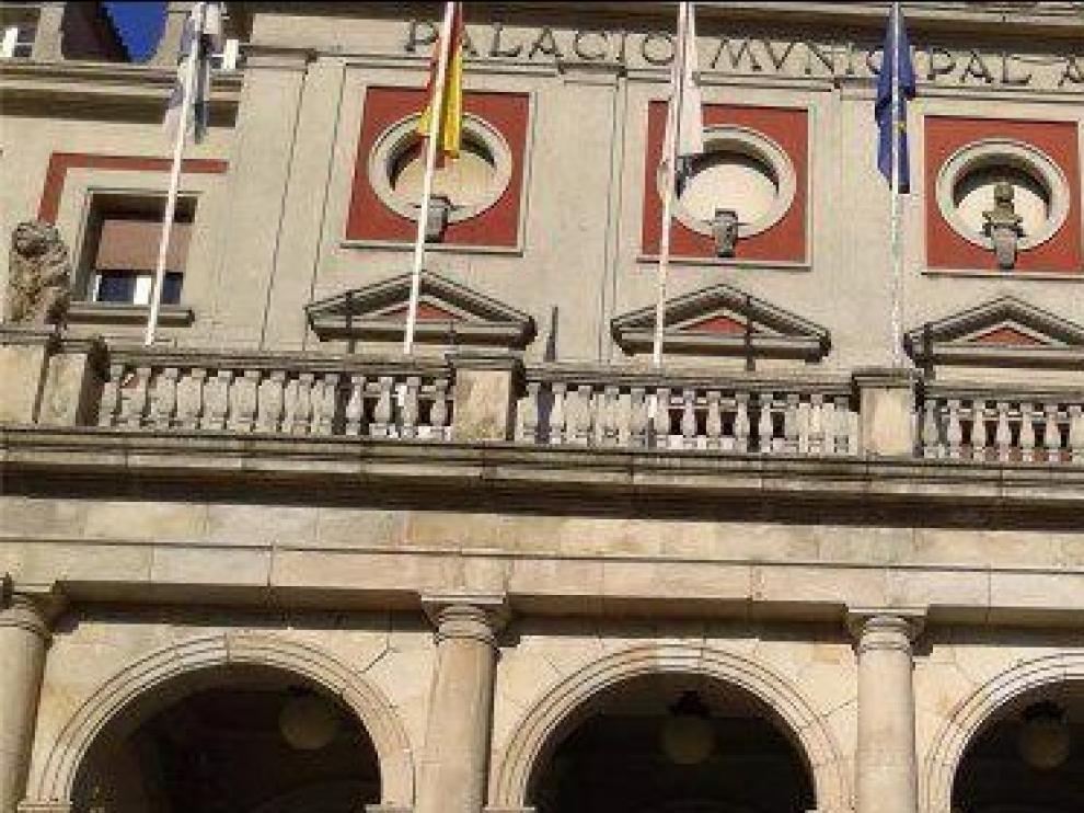 El busto de Juan Carlos I lleva 36 años luciendo en la fachada del Ayuntamiento de Ferrol.