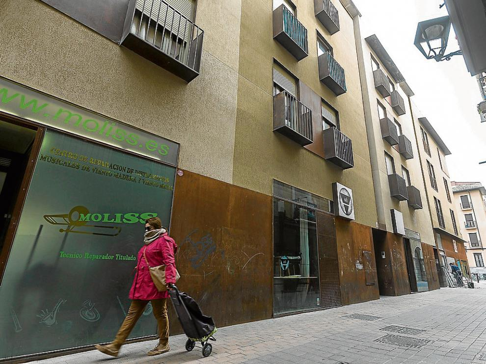 A la derecha, edificio donde se encuentra la vivienda social de uno de los morosos, en Las Armas.