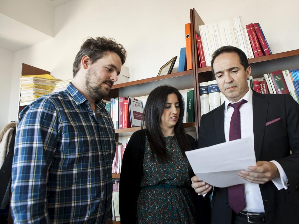 El abogado del Defensor del Paciente en Aragón, Ricardo Agóiz, junto a los padres del bebé