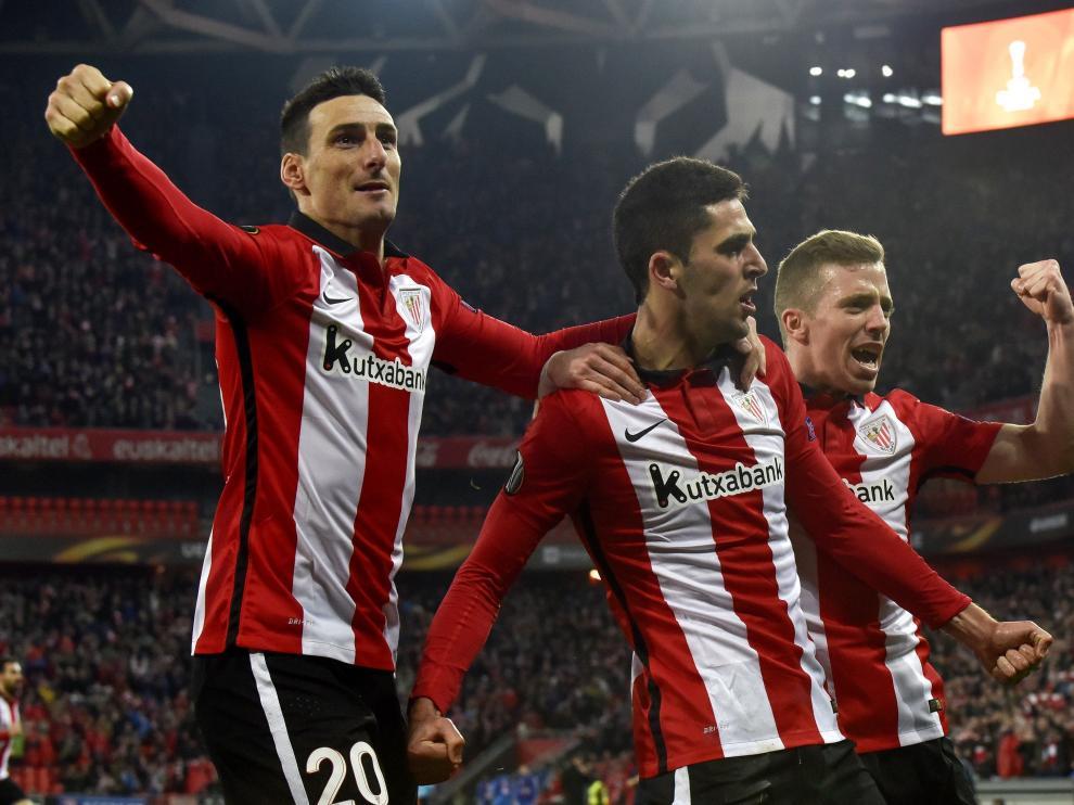 Los jugadores del Athletic celebran el gol de Merino.