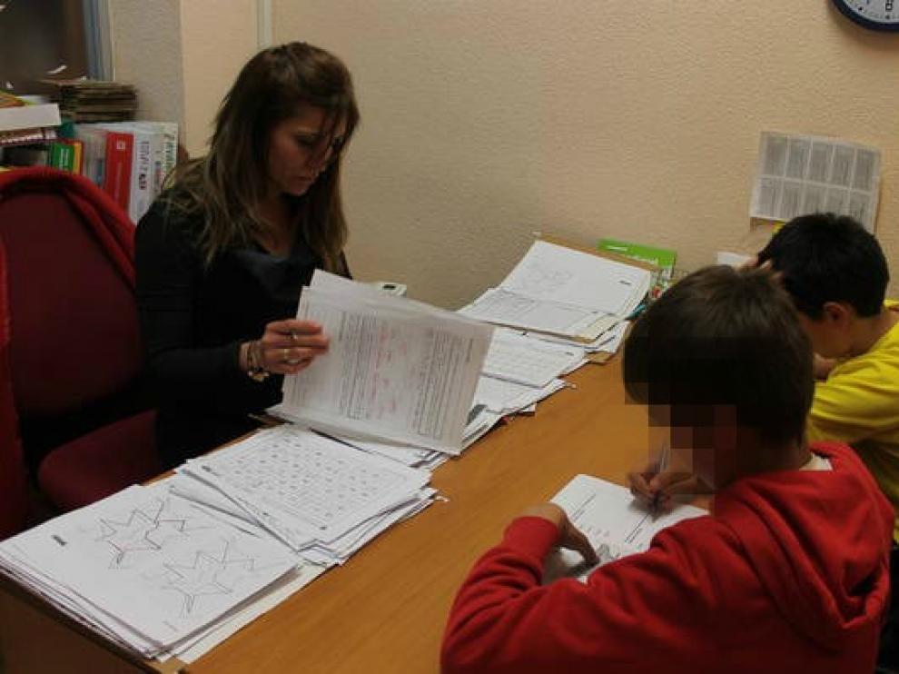 Imagen de archivo de dos niños con TDA-H realizando ejercicios para focalizar la atención en la asociación aragonesa AATEDA.