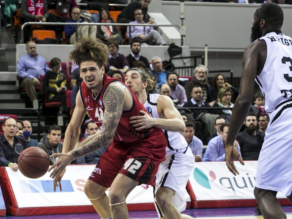 Isaac Fotu, ala-pívot del CAI Zaragoza, intenta agarrar el balón en el partido del pasado miércoles ante el Trento italiano.