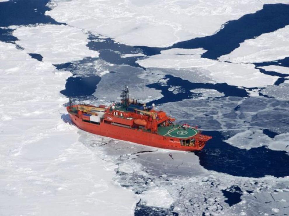 El rompehielo Aurora Australis encalló durante una ventisca en la Antártida.
