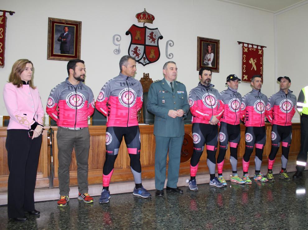 Una imagen de los ciclistas y miembros de la Guardia Civil.