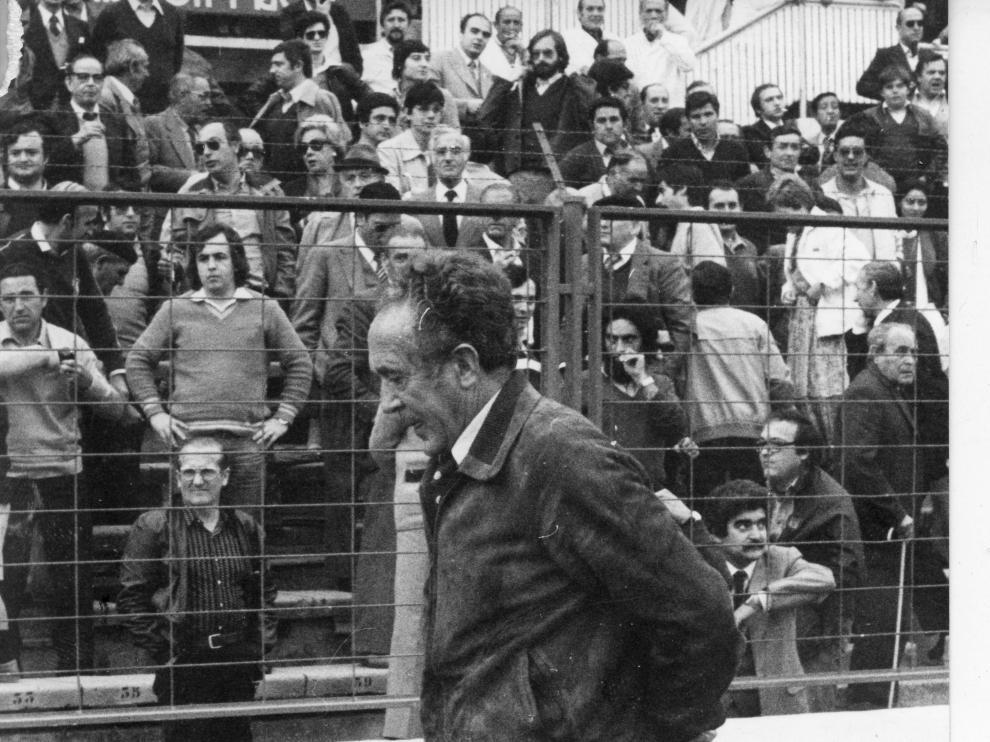 Rafa Iriondo, en la banda de La Romareda, durante un partido del Real Zaragoza en la temporada 1971-72
