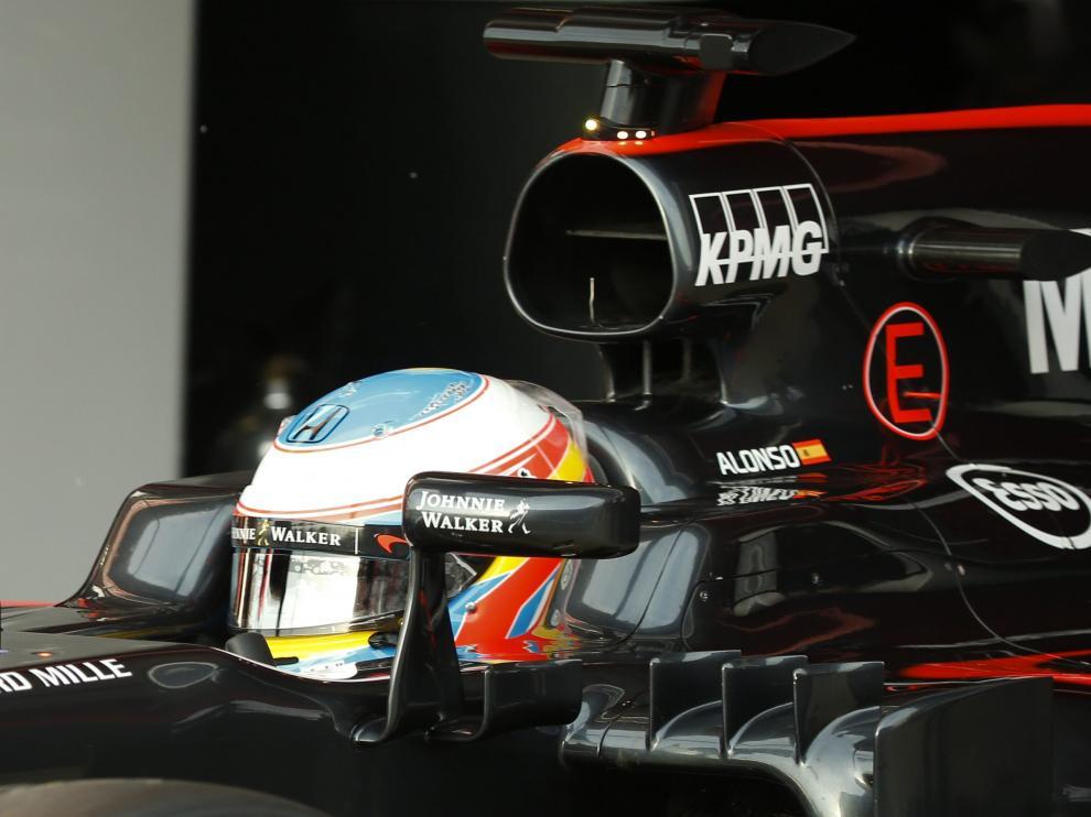 Fernando Alonso se ha pasado la matinal observando cómo los mecánicos intervenían en el coche.