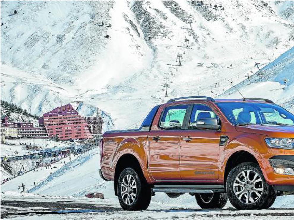 Ford ha presentado esta semana su nuevo Ranger en el Pirineo oscense, por carreteras entre Jaca y Astún, que aparece al fondo en la foto.