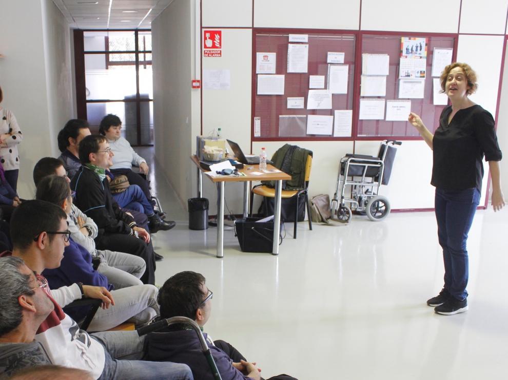 Paula Carballeira durante la sesión ofrecida en el centro de Atades.