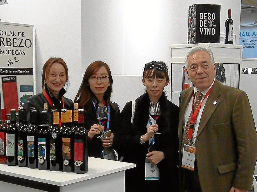 Laura Monforte y Santiago Gracia, de Solar de Urbezo, con unas visitantes asiáticas.