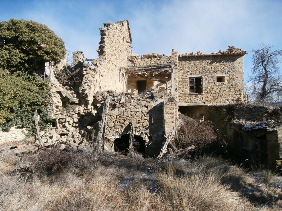 Las edificaciones del pueblo de Arués, abandonado desde los años 50, están en ruinas.