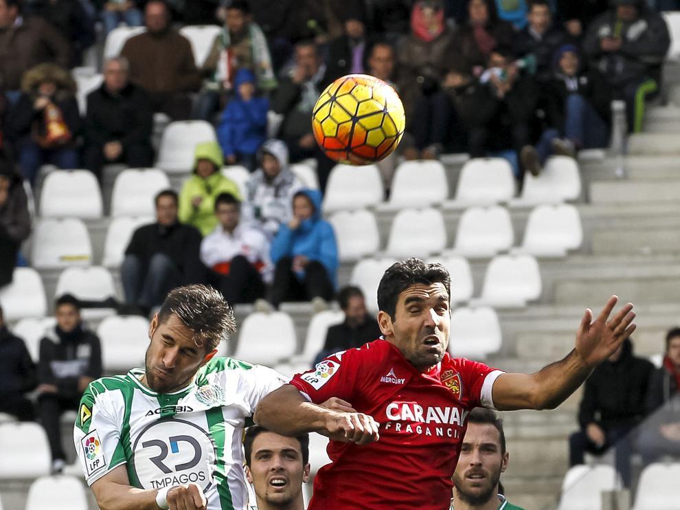 Culio salta con el aragonés Luso Delgado en el Córdoba-Real Zaragoza de hace dos semanas.