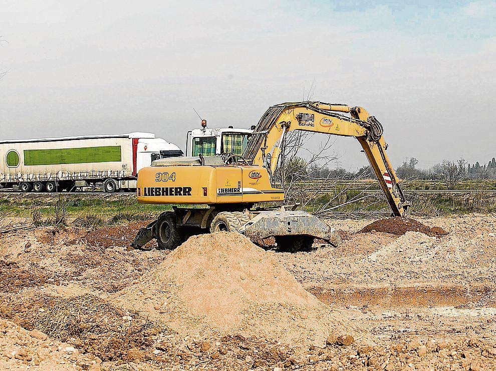 Una excavadora, el pasado miércoles, trabajando en la reposición de una acequia a la altura de Figueruelas.