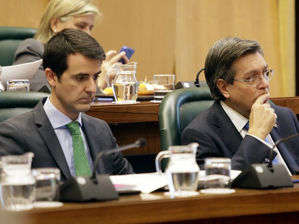 El concejal del PP José Ignacio Senao, a la derecha, en un pleno municipal. A la izquierda, el edil Pedro Navarro.